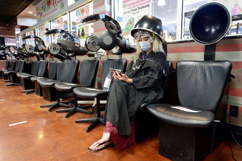 Девушка в салоне красоты в городе Мариетта, Джорджия, США.