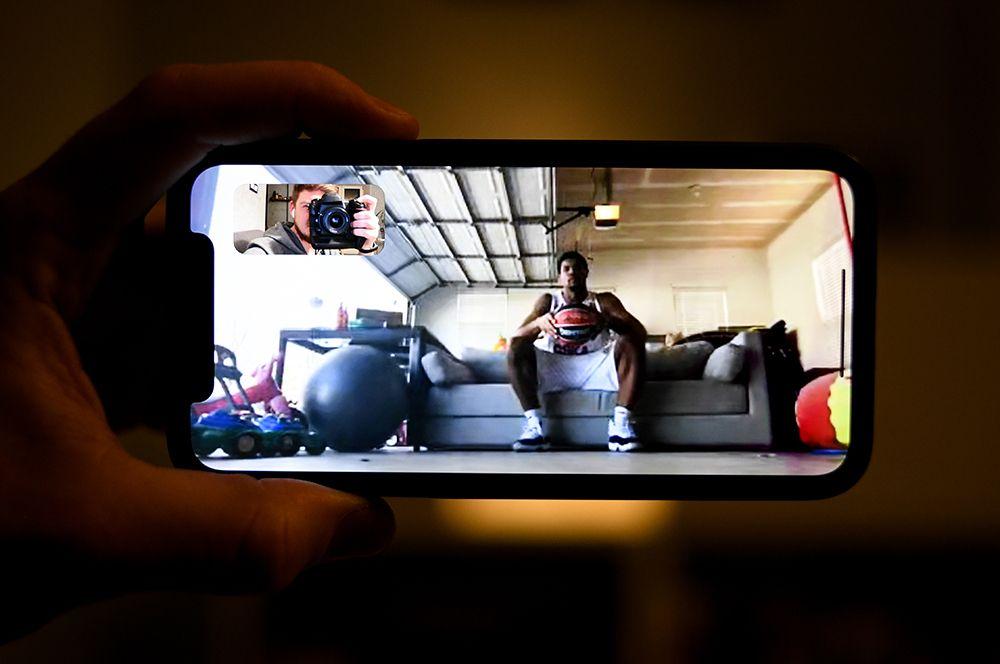 Капитан московского ЦСКА Каил Хаинс в гараже своего дома в Нью Джерси, США.