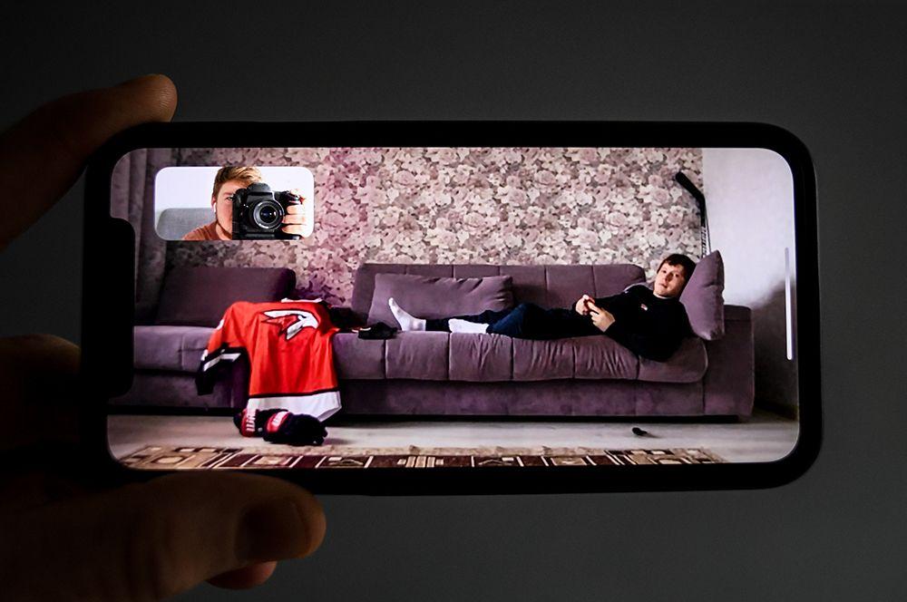 Нападающий омского «Авангарда» Денис Зернов дома у родителей в Челябинске.