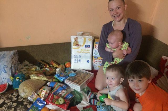 дети и их родители благодарят тех, кто помогает.
