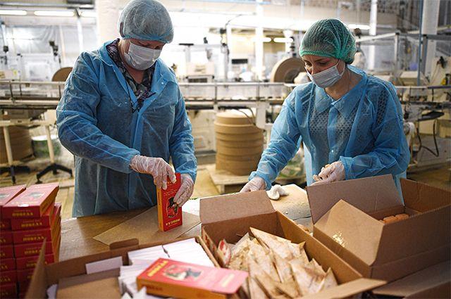 Сотрудницы фабрики «Свобода» в Москве собирают коробки для упаковки подарочного мыла, изготовленного к 75-летию Победы.
