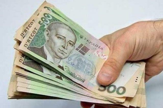 Средняя зарплата в Украине за месяц выросла на 599 гривен