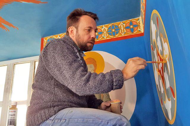 Храм Серафима Саровского Юрий расписывает уже четыре года.