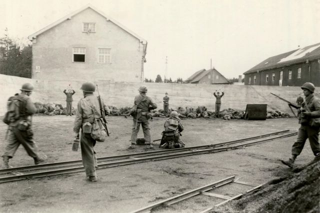 Американские военные в Дахау.