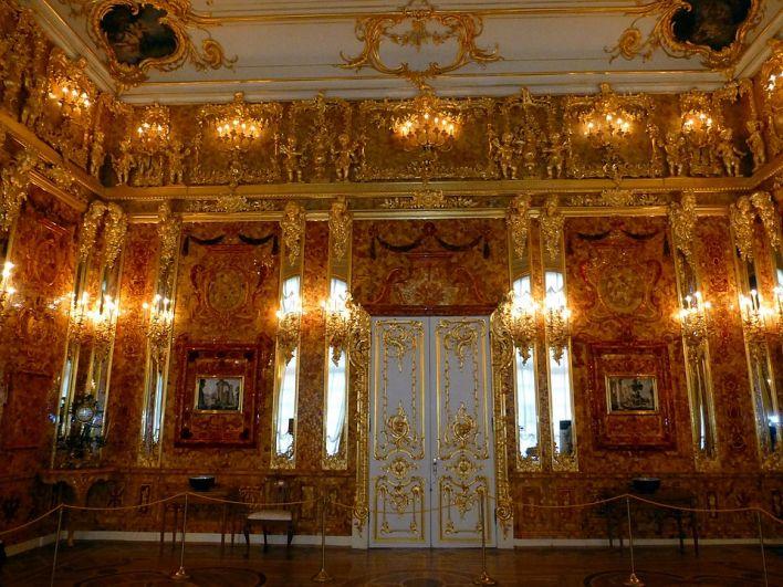 Во время Второй мировой войны комната была вывезена немцами в Королевский замок Кенигсберга (ныне Калининград). Весной 1945 года она бесследно исчезла. На фото: воссозданная Янтарная комната.