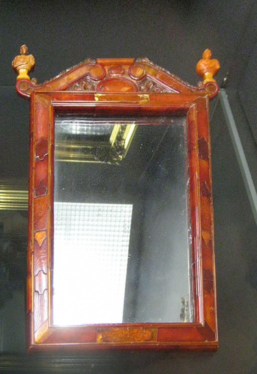 Когда на престоле не оказалась дочь российского императора Елизавета Петровна, она решила перевезти комнату в свою резиденцию в Царское Село. На фото: сохранившийся фрагмент Янтарной комнаты — зеркало (Кёнигсберг, 1700—1705).