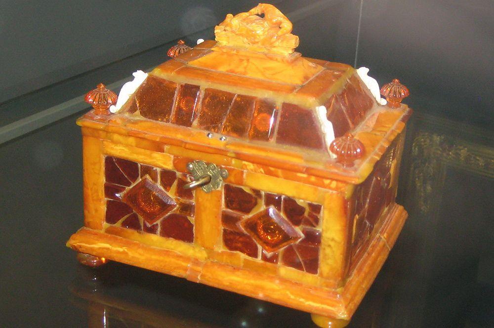 Преподнесенная в 1716 году в качестве дипломатического подарка немецкой стороной Янтарная комната находилась в Летнем дворце Петра I. На фото: сохранившийся фрагмент Янтарной комнаты — ларец (Данциг, конец XVII века).