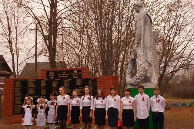 На стеле «Памятник землякам, павшим в годы ВОВ» в д. Зядлуд 271 фамилия. Затраты на её изготовление – почти 158 тыс. руб. Из них 30 тыс. руб. собрали жители и спонсоры.