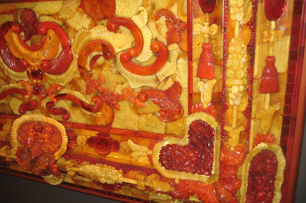 В СССР в 1949 году была создана государственная комиссия по поиску пропавшего шедевра. На фото: большая янтарная рама с флорентийской мозаикой «Вкус». Повторение утраченной мозаики из Янтарной комнаты.