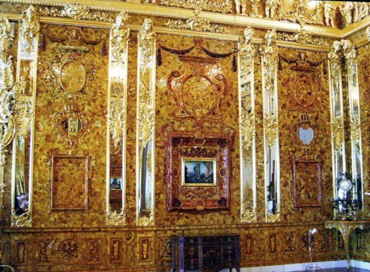 В 2003 году, к 300-летию Санкт-Петербурга, Янтарная комната была восстановлена в полном объеме из калининградского янтаря, для работ использовались в том числе деньги немецкой стороны. На фото: воссозданная Янтарная комната.