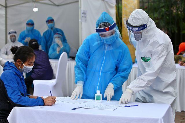 Уличный центр быстрого тестирования на коронавирус в Ханое.