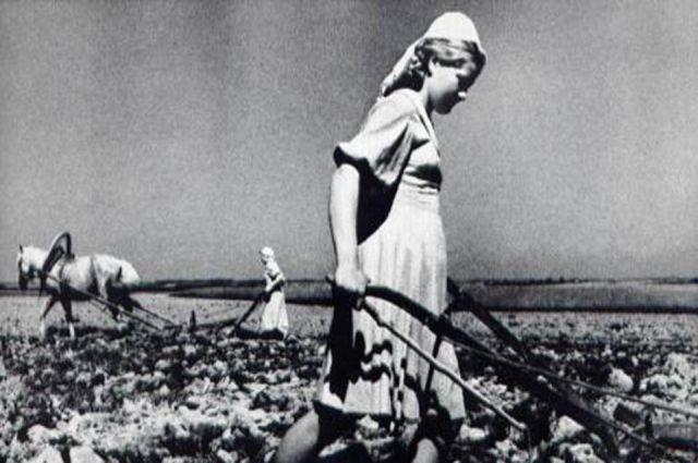 Девочки-подростки трудились в тылу на благо Родины до изнеможения.