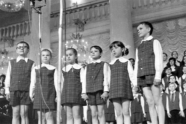 Сергей Парамонов (первый справа) в составе младшей группы на выступлении в Колонном зале, 1972 год. Далее налево: Роза Агишева, Миша Затравкин, Ира Мотовникова, Галя Дегтярева и Игорь Капырин.