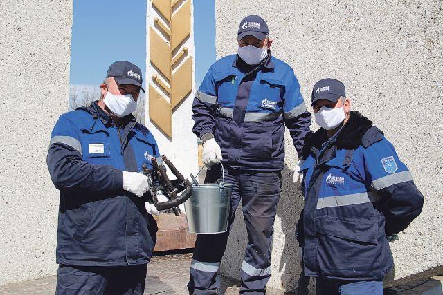 Специалисты филиала ао «газпром газораспределение тамбов» в г. Котовске проводят техническое обслуживание оборудования мемориала «вечный огонь».