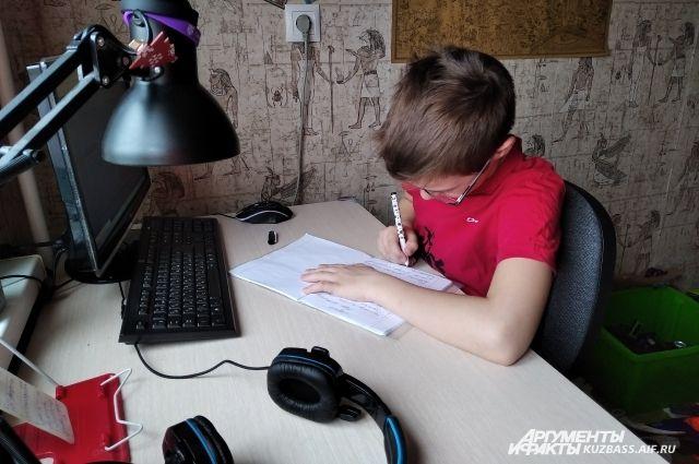 Если у ребёнка нет компьютера и интернета, задания для него передают на  флешке или на бумаге.