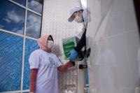 Волонтеры доставляют продукты нуждающимся.