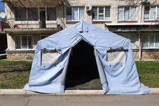 На территории горбольницы №4 Ставрополя поставили армейскую палатку для распределения больных