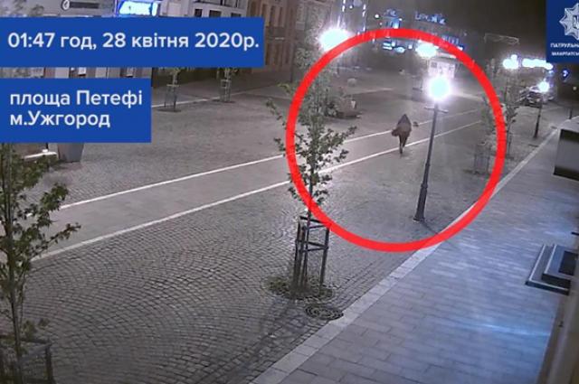 В центре Ужгорода мужчина лопатой крушил витрины и автомобили
