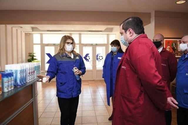 Елена Хусаинова рассказывает губернатору о возможностях производства антисептиков в Вязьме.