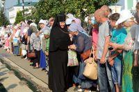Каждый год в обитель едут сотни тысяч паломников со всего мира. Все православные сейчас опасаются за здоровье дивеевских сестёр.