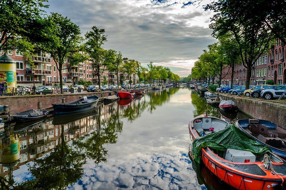 Амстердам, Нидерланды. Развитая транспортная система города делает его привлекательным для прогулок пешком или на велосипеде.