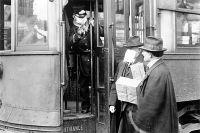 Кондуктор трамвая запрещает вход пассажиру без медицинской маски. Вашингтон (США), 1918 г. Пандемия «испанки». Грипп закончился, маски сняли– и что в мире после этого изменилось клучшему?