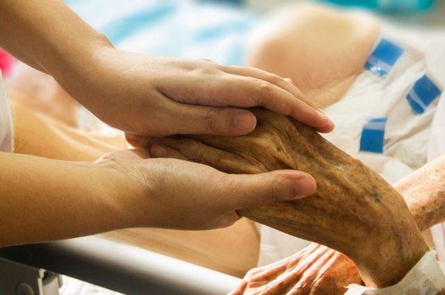 Контакт с заболевшим COVID-19 произошёл, когда женщина лежала в медучреждении.