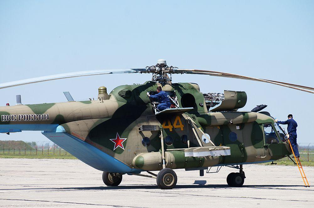 Владикавказ. Техническое обслуживание вертолета Ми-8АМТШ перед началом репетиции воздушной части парада.
