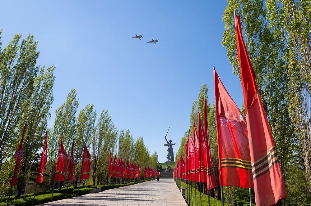 Волгоград. Бомбардировщики Су-24М пролетают над Мамаевым курганом во время репетиции воздушной части парада Победы.
