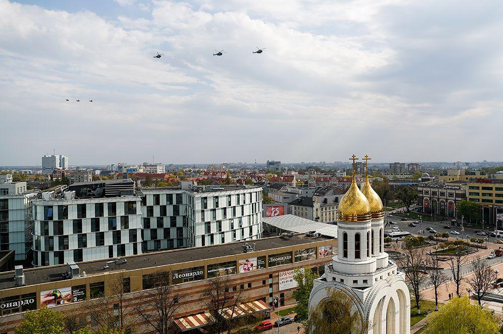 Калининград. Вертолетная группа во время репетиции воздушной части парада Победы.