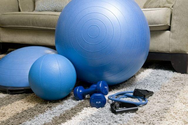 На дому спортсмены тренируют выносливость и координацию.