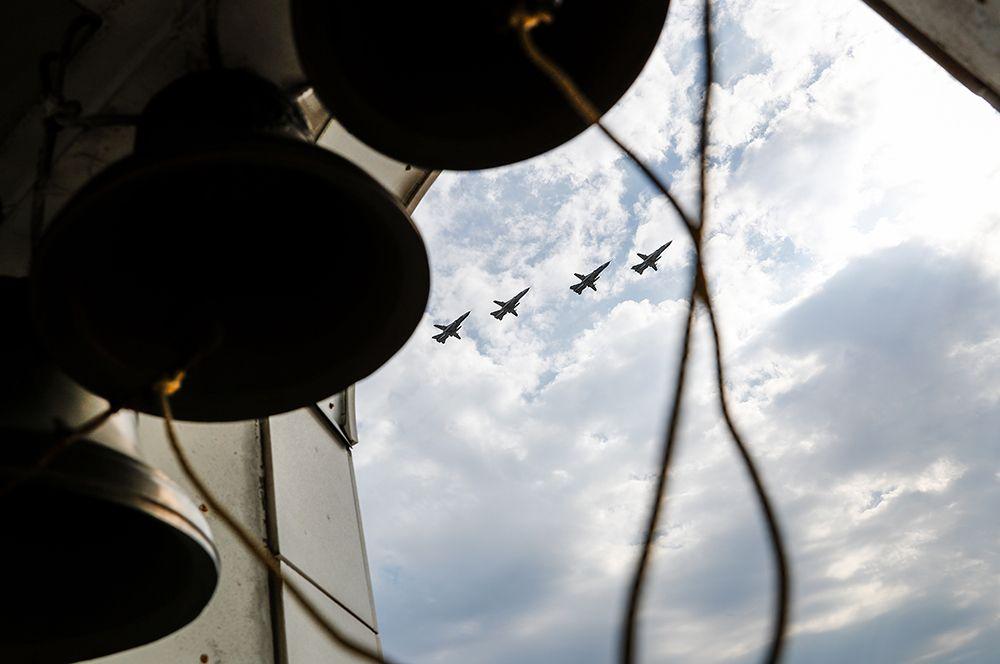Калининград. Многоцелевые истребители МиГ-29 во время репетиции воздушной части парада Победы.