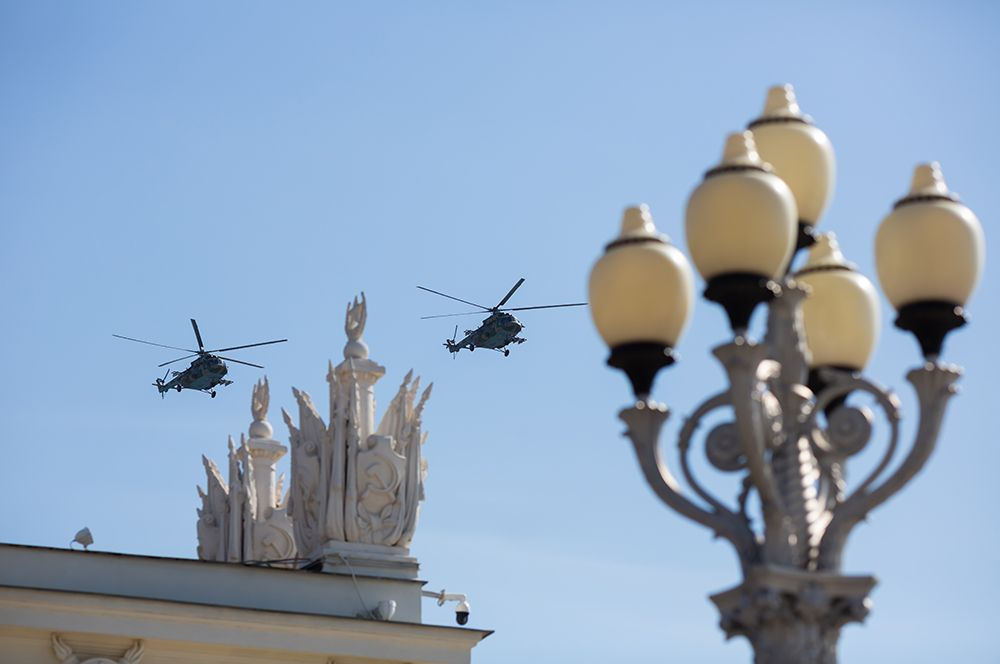Волгоград. Вертолеты Ми-8 пролетают над городом во время репетиции воздушной части парада Победы.