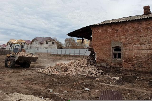 Активисты считают, что зданию не успели нанести непоправимый ущерб.