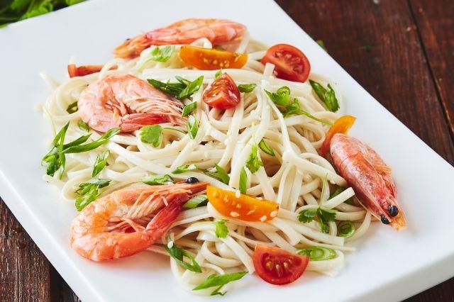 Азиатская лапша отлично сочетается со множеством ингредиентов.