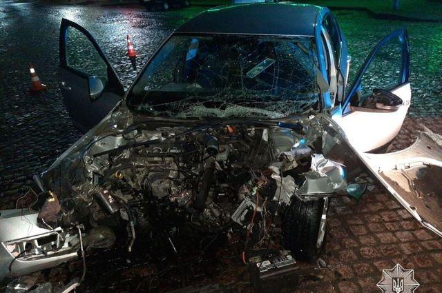 В Мукачево автомобиль влетел в бетонную преграду: погибла 19-летная девушка