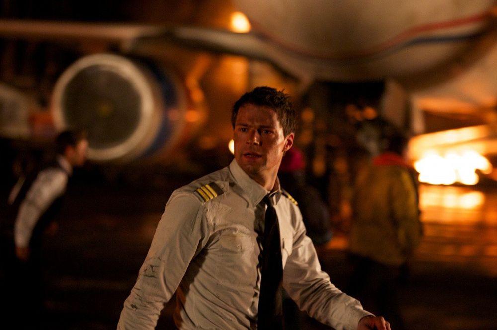 «Экипаж» (2016) — второй пилот-стажер Алексей Гущин.