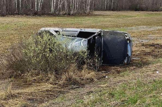 На тюменской трассе опрокинулся автомобиль