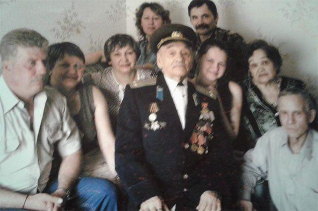 Филимон Михайлович Черзаров в окружении семьи.