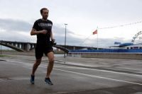 Поскольку спортсмен бежал в одиночку, это не противоречит введенным ограничительным мерам.