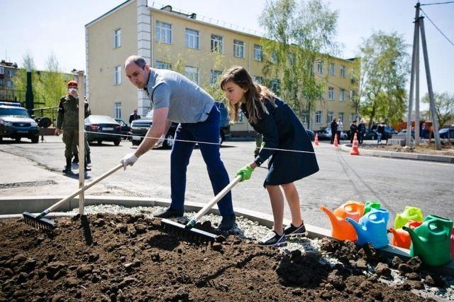 В Оренбурге у президентской «кадетки» в память о фронтовиках посадили липы.