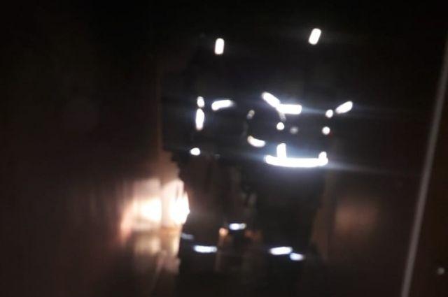 Едкий черный дым мешал эвакуации жильцов.