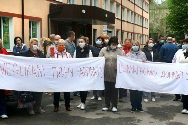 Получили по 86 копеек доплаты: в Виннице медики вышли на акцию протеста