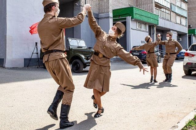 Ветеранов Казани поздравляют во дворах под