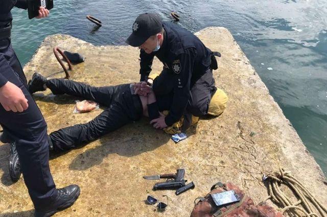 Вооруженный пьяный одессит пытался попасть на затонувший танкер