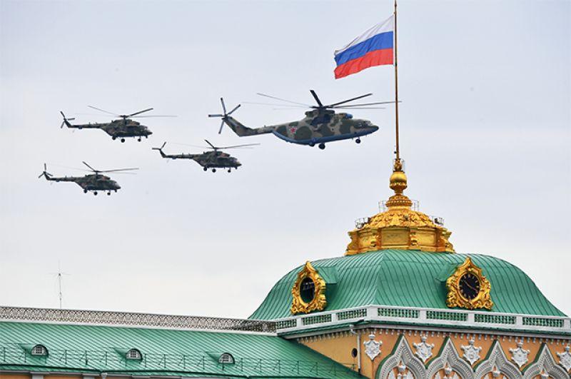 Тяжелый вертолет Ми-26 и многоцелевые вертолеты Ми-8.