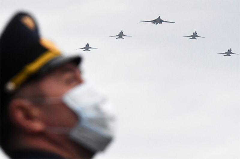 Дальние сверхзвуковые бомбардировщики-ракетоносцы Ту-22М3 и стратегический бомбардировщик-ракетоносец Ту-160.