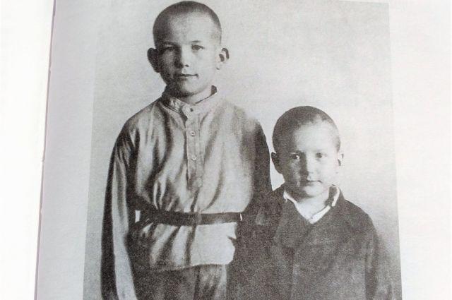 Володя Накоскин с младшим братом Валерой, 1944 год.