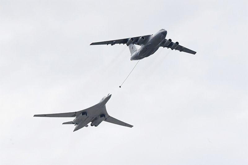 Самолет-заправщик Ил-78 и стратегический бомбардировщик-ракетоносец Ту-160.