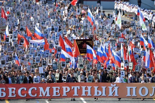 Соцопросы показывают, что люди поддерживают решение о переносе празднования Дня Победы.
